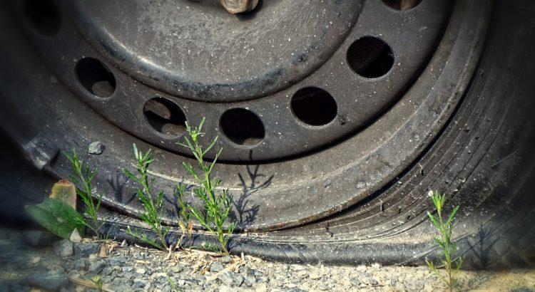 qué hacer cuando se pincha un neumático